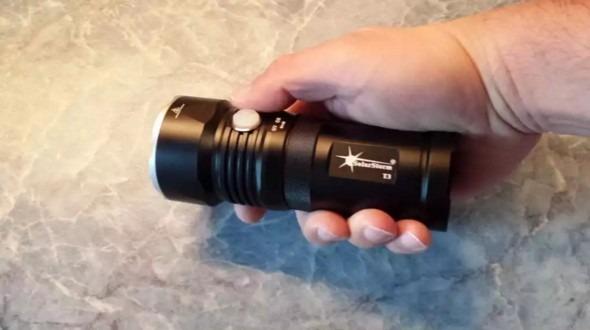 Светодиодный фонарик в руке