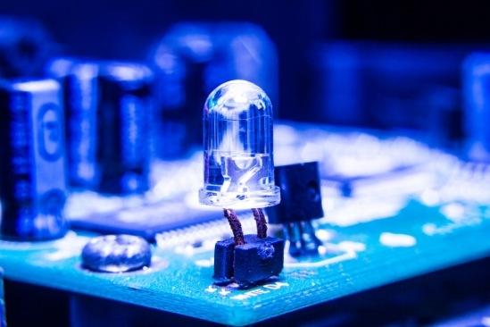 Команда UCSB делает лазеры светящимися как лазеры с усовершенствованным дизайном Metasurface