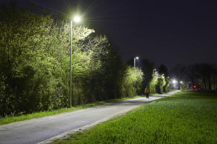 Наружное освещение ночью может вызвать нарушения сна и настроения у подростков, говорится в исследовании