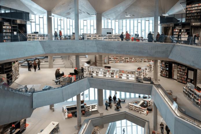 Библиотека со светодиодными книжными полками открылась в Осло, Норвегия