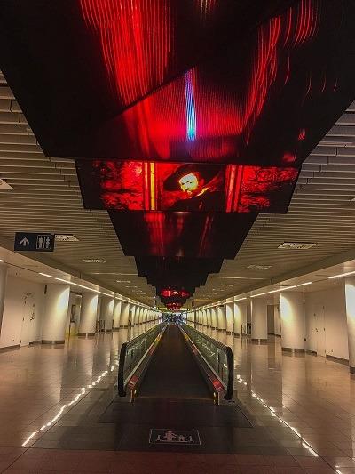 <pre>Прогулка со светодиодным видео и кинетической скульптурой в брюссельском аэропорту Завентем